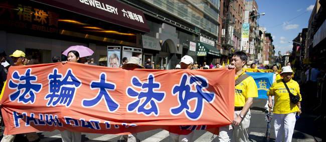 法轮功学员在纽约举行反迫害大游行