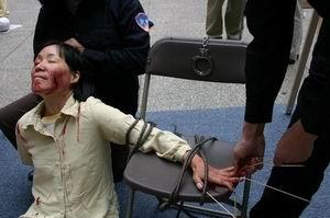 中共残暴酷刑:针插指甲、火烧指甲……