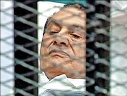 独裁者末路/埃及前总统穆巴拉克在铁笼内接受公审