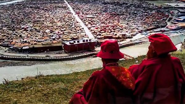 """藏传佛教""""亚青寺""""数千僧尼住所被毁   惨遭中共迫害"""